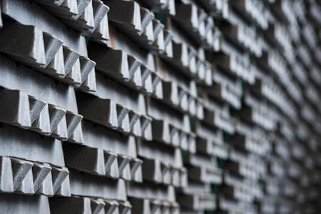 Pila di lingotti di alluminio grezzi in fabbrica di profili di alluminio, Francia Archivio Fotografico