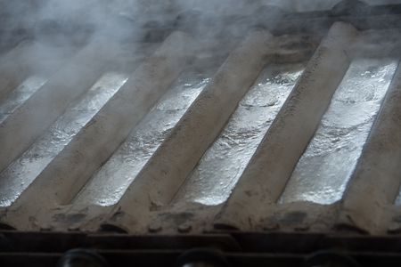 Pile de lingots d'aluminium premières dans les profilés en aluminium usine, France