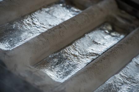 Pila di lingotti di alluminio grezzi in fabbrica di profili di alluminio, Francia