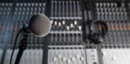 Microfoon en hoofdtelefoon op vies geluid mixerpaneel Stockfoto