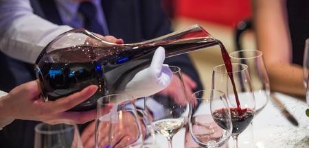 소믈리에 와인을 섞어 사발에 담아 와인에 쏟아 부었다. 스톡 콘텐츠