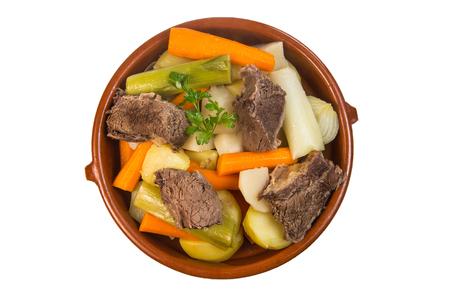 Bouillon de boeuf chaud fait maison avec des légumes se bouchent dans un bol sur fond blanc