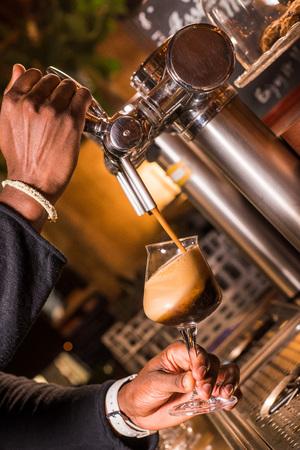Serveur verse de la bière dans un pub Banque d'images - 89171577