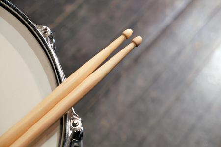 ドラムクローズアップとドラムスティック、音楽 写真素材