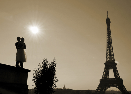 Couple of young Chinese married in front of the Eiffel tower in Paris, France Stock Photo - 122079225