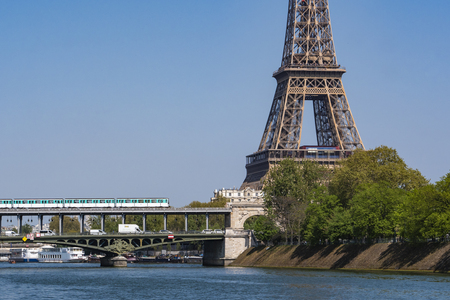 Paris metro crossing Pont de Bir-Hakeim and Eiffel Tower, France 版權商用圖片