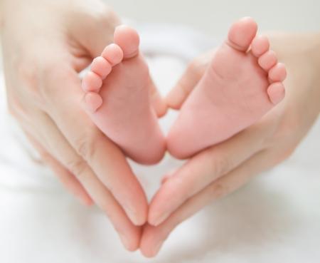 niemowlaki: noworodków stopy dziecka na ręce kobiety