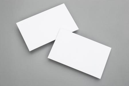 biznes: puste wizytówki na szarym tle