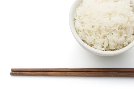 arroz chino: arroz y palillos en blanco con trazado de recorte Foto de archivo