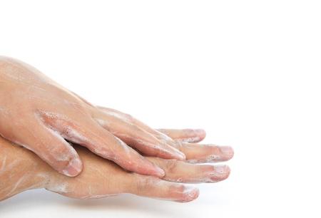 lavamanos: hombre que se lava las manos en blanco con trazado de recorte
