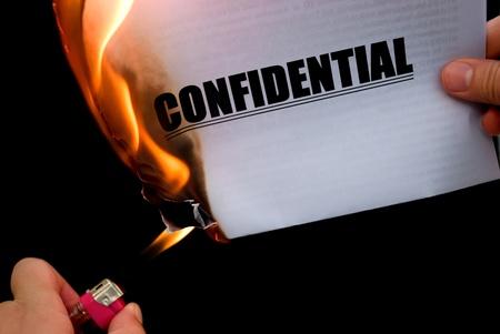 機密紙の文書を燃やす