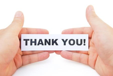 agradecimiento: mano que sostiene el papel de gracias con trazado de recorte