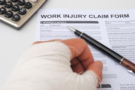 Hurted hand en arbeidsongevallenverzekering claimformulier Stockfoto