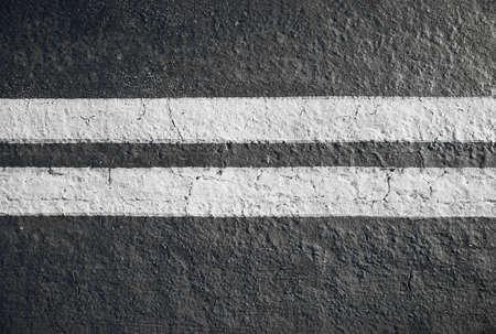 lineas blancas: doble l�neas blancas divisor horizontal sobre asfalto Foto de archivo
