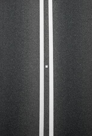 lineas blancas: doble l�neas blancas sobre el asfalto divider verticales Foto de archivo