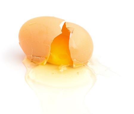 huevo blanco: huevo roto sobre un fondo blanco