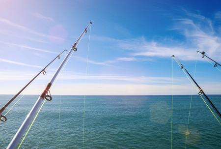 pescando: pesca en el oc�ano profundo bajo el cielo azul