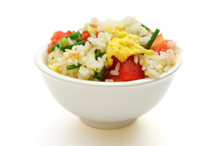 chinesisch essen: Chinesische Küche - hausgemachte gebratene Reis mit Tomaten und Ei auf weiß mit Beschneidungspfad Lizenzfreie Bilder
