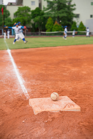 beisbol: el béisbol y la base en campo de béisbol con los jugadores en el fondo Foto de archivo