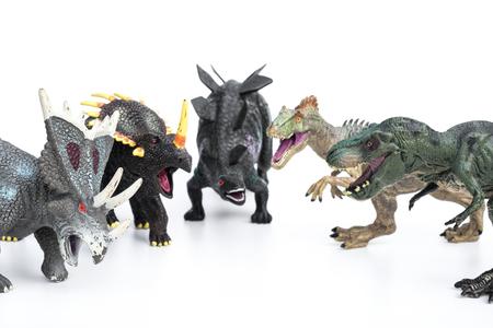 stegosaurus: Tyrannosaurus y Stegosaurus y Allosaurus y Styracosaurus y triceratops juguetes sobre un fondo blanco