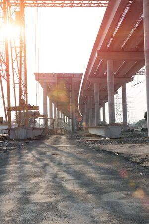schlagbaum: Beton Autobahn im Bau gegen die Sonne senkrecht