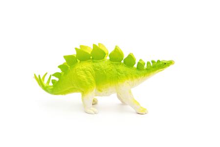 stegosaurus: vista lateral juguete Stegosaurus verde sobre un fondo blanco Foto de archivo