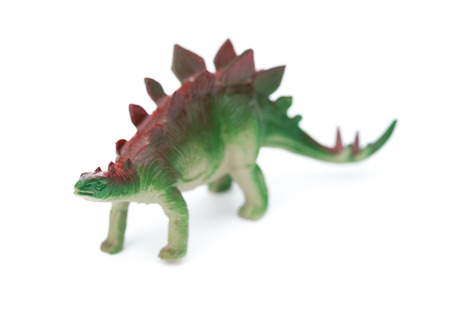 stegosaurus: estegosaurio juguete verde sobre un fondo blanco Foto de archivo