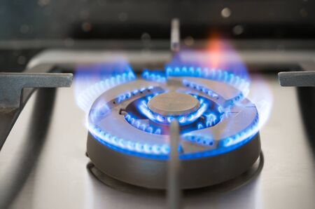 la quema de gas de una estufa de gas de cocina Foto de archivo