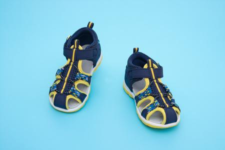 sandal: sandalia de moda para ni�o en el fondo azul Foto de archivo