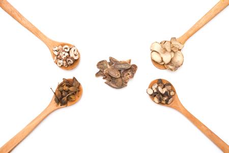 herbalist: Las hierbas chinas de cucharas de madera en un fondo blanco Foto de archivo