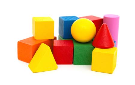 白の背景に異なる色や形木のおもちゃブロック