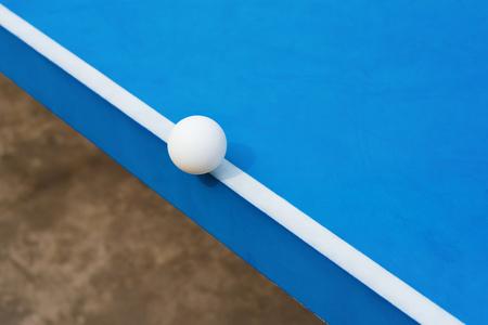 白ピンポン ボール青いピンポン テーブルの端に当たった