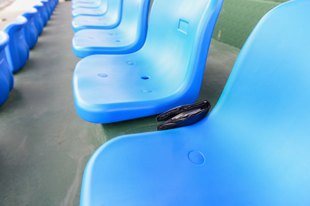 スタジアムの座席に横になっている財布 写真素材