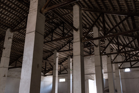 Empty industrial loft with bare cement walls and pillars Archivio Fotografico - 96186375