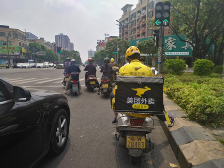 Zhongshan,China-April 3,2018:Meituan food delivery on the way delivering food to the customer.Food delivery service becomes very popular in China. 新聞圖片
