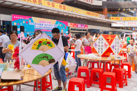 ZHONGSHAN GUANGDONG CHINA-SEP 15,2018:people making lanterns for Chinese Mid Autumn Festival in Zhongshan, Guangdong,China.Sep 23 is the Mid Autumn Festival for 2018. Redactioneel