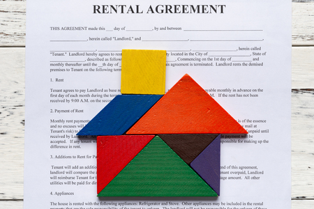 top view rental agreement contact with tangram shaped as a house 版權商用圖片