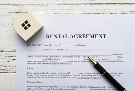 top view rental agreement contact with an architectural model and a pen 版權商用圖片
