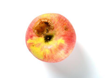 Vista superior de la manzana madura picada por un insecto