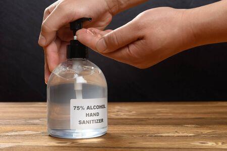 使用75%的酒精即时手动消毒剂的人清洁手