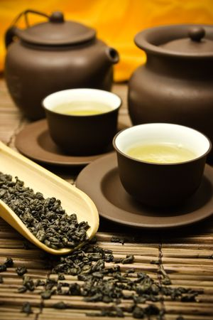 chinese tea pot: Asia tetera con t� verde seca. Foto de archivo