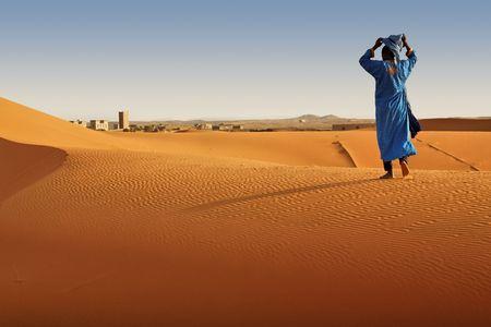 Berber Mann zu Fuß, Marokko.  Standard-Bild - 7857110