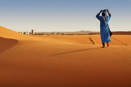soledad: Bereber hombre caminando, Marruecos.  Foto de archivo