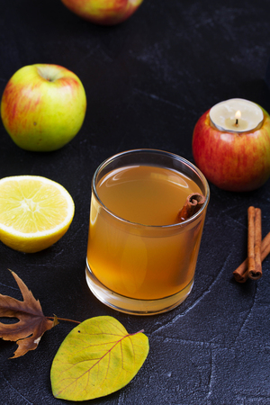 nonalcoholic beer: Glass of cider, apples and lemon