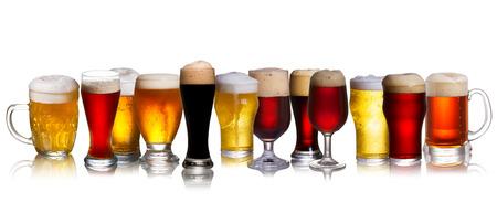 vasos de cerveza: Conjunto de varios cerveza aislado en un fondo blanco