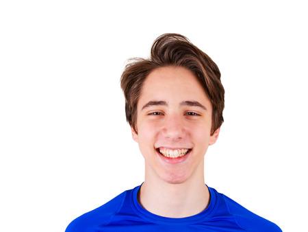 잘 생긴 십 대 소년 카메라를 찾고입니다. 십 대 파란색 티셔츠의 초상화입니다. 행복한 사람, 웃고에 격리 된 흰색 배경 스톡 콘텐츠