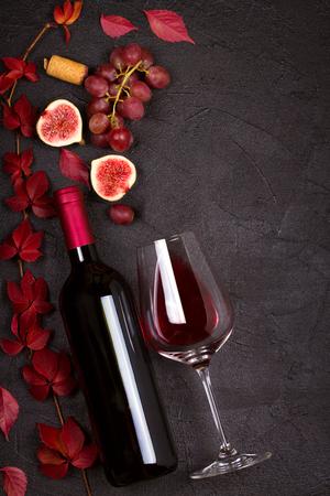 유리 및 무화과 잎으로 와인 한 병. 와인 잔, 음료 개념입니다. 위에서, 위에서, 수직, 사본 공간에서보기