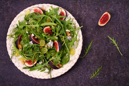 Figues, raisins, fromage et salade de roquette. frais généraux, vue de dessus