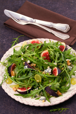 Figs, grapes, cheese, and arugula salad Banque d'images
