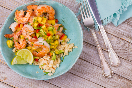 Shrimps with mango avocado salsa and cauliflower rice. Stockfoto